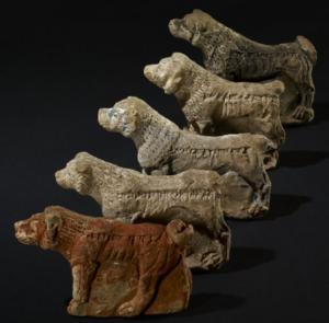 Les cinq chiens en argile et inscrits protégeant le palais de Ninive