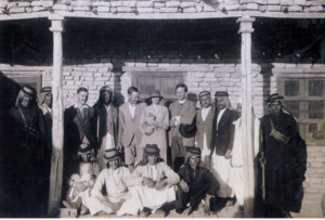La mission anglo-américaine d'Ur en 1928-29, de gauche à droite deux ouvriers, Max Mallowan, Hamoudi chef des ouvriers, Leonard Woolley, Katharine Woolley, Père E. Burrows, quatre ouvriers.