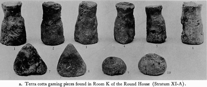 Pions de terre cuite trouvés dans le salle K de la Maison ronde (strate XI-A)