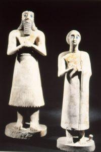 Statues d'orantes, masculin à gauche, féminin à droite, du temple d'Abu à Eshnunna, vers 2700-2500 av. J.-C.