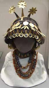 La reine Puabi, une des différentes restitutions de la parure. Creative commons (https://commons.wikimedia.org/wiki/File:Reconstructed_sumerian_headgear_necklaces_british_museum.JPG)