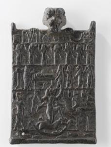 Plaque contre la Lamaštu représentée dans le registre inférieur au centre, tandis que la plaquette est portée par Pazuzu dont la tête apparaît au delà du regsitre supérieur